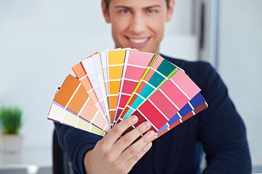 Grafiker hält Farbfächer